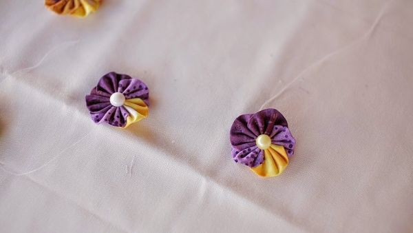 Flor de fuxico amor perfeito embeleza qualquer item (Foto: cristinacrepaldi.blogspot.com.br)