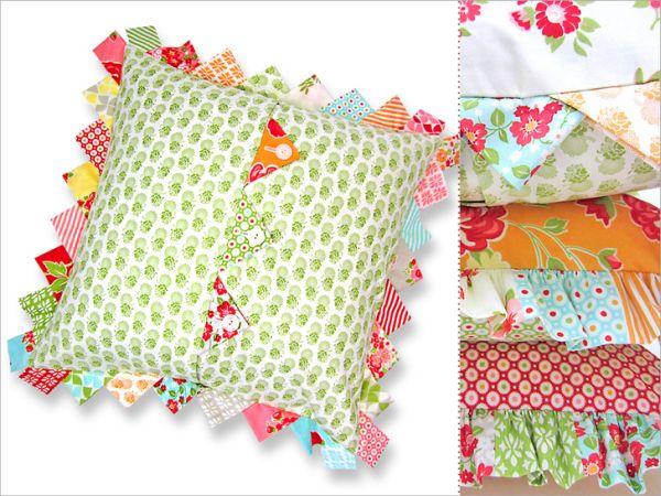 Esta capa de almofada com detalhes em tecido pode ter a combinação de cores ou de estampas que você desejar (Foto: sew4home.com)