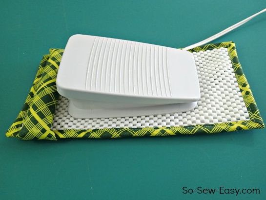 Este artesanato para máquina de costura é útil, mas também lindo, e vai decorar muito bem o seu ateliê (Foto: so-sew-easy.com)