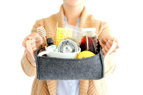 Esta cesta de feltro com alça pode guardar o que você quiser (Foto: deliacreates.com)