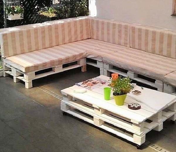 sofa de palelt com mesinha