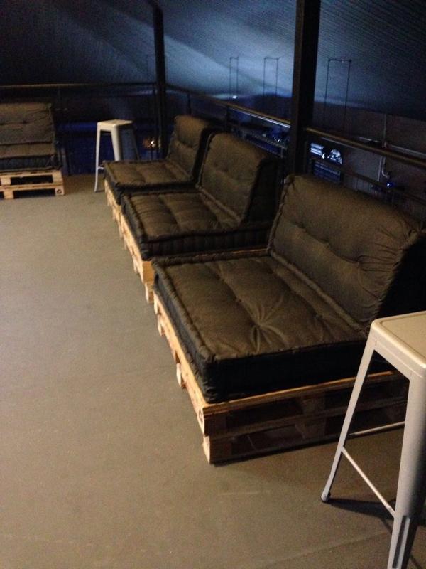 sofa de pallet preto
