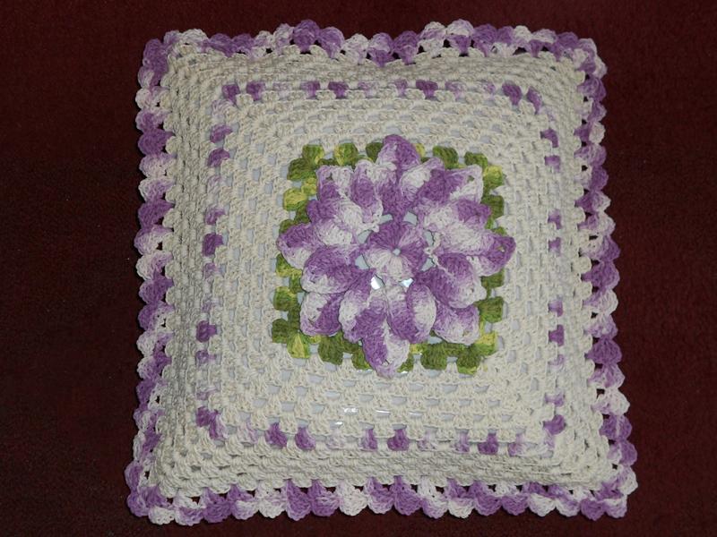 flor na almofada de croche