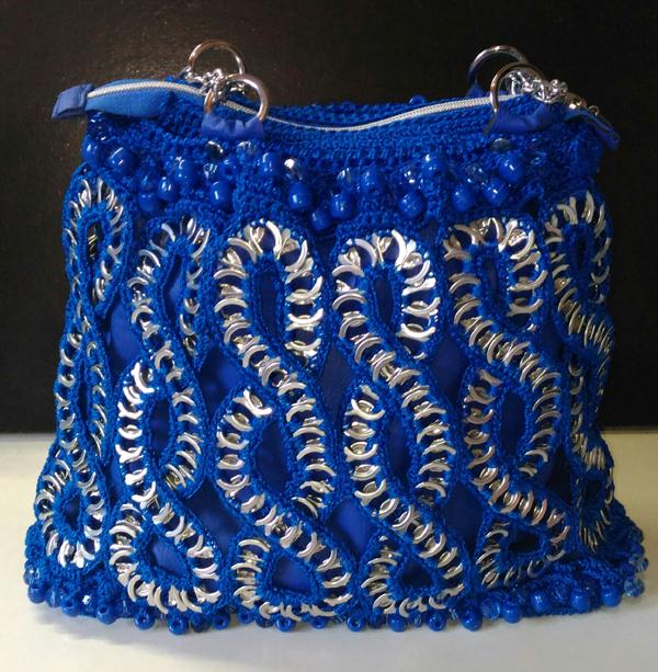 crochê com lacre de latinha bolsa azul
