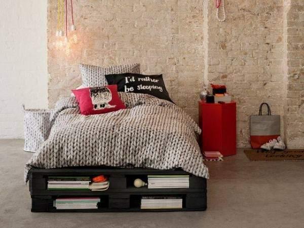 cama preta de pallets