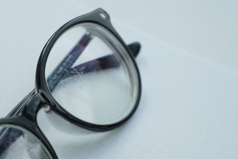 Pasta de dente tira risco de óculos de grau