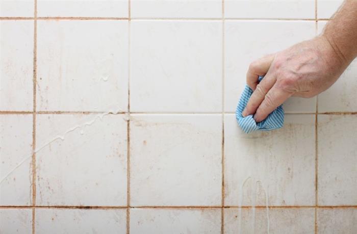 como limpar rejunte de banheiro com mofo
